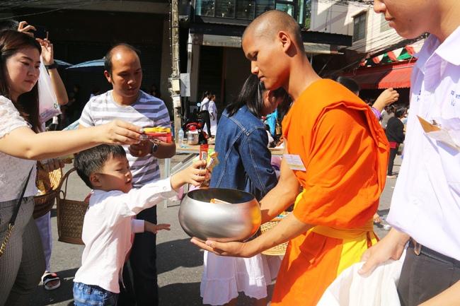 nguoiphattu_com_xe_tai_cho_day_banh_keo_cung_duong_cho_500_nha_su12.jpg