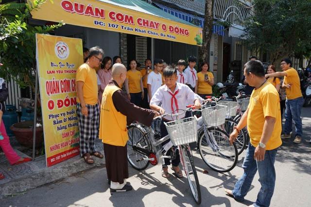 nguoiphattu_com_nhom_thien_nguyen_lam_yeu_thuong_tang_xe_dap10.jpg