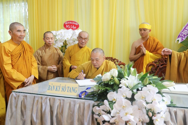 nguoiphattu_com_phai_doan_va_hang_van_phat_tu_den_vieng_le_tang_co_ni_truong_thich_nu_hue_giac1.jpg