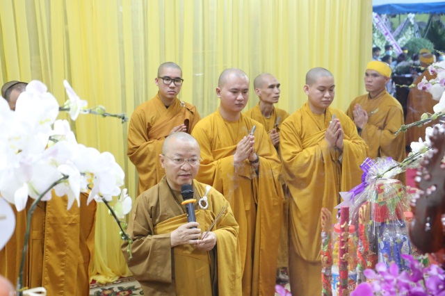 nguoiphattu_com_phai_doan_va_hang_van_phat_tu_den_vieng_le_tang_co_ni_truong_thich_nu_hue_giac10.jpg