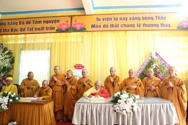 nguoiphattu_com_phai_doan_va_hang_van_phat_tu_den_vieng_le_tang_co_ni_truong_thich_nu_hue_giac36.jpg