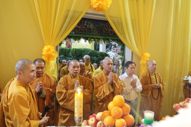 nguoiphattu_com_phai_doan_va_hang_van_phat_tu_den_vieng_le_tang_co_ni_truong_thich_nu_hue_giac6.jpg