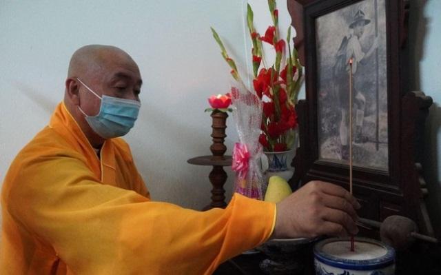 nguoiphattu_com_dang_huong_tuong_niem_va_tham_cac_gia_dinh_thanh_tu_dao_trong_phap_nan_19638.jpg