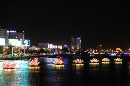 Thắp sáng lung linh 7 đóa sen trên sông Hàn