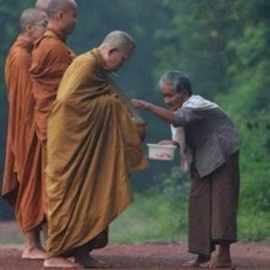 Bố thí thiêng liêng và bố thí phàm tục trong Phật giáo Theravada