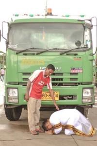 Cử nhân người Thái quỳ gối cảm ơn trước xe rác của cha
