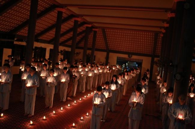 Ánh nến lung linh trong đêm tri ân tại Chùa Hòa Phúc