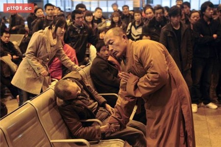 Bài học từ vị tăng nhân cúi đầu đáp lễ trước cụ già qua đời tại nhà ga