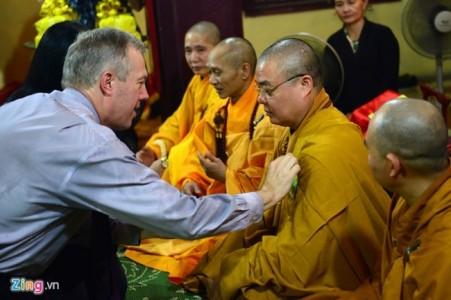 Đại sứ Mỹ đội mưa đến chùa Quán Sứ làm lễ vu lan báo hiếu cha mẹ