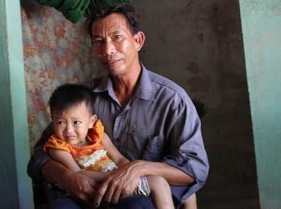Hà Tĩnh: Khốn quẫn, người cha bán thận nuôi con thơ
