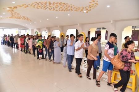 Hàng trăm ngàn lượt người về chùa Hoằng Pháp lễ Phật đón xuân