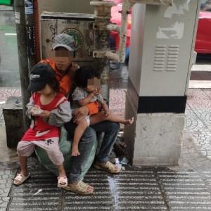 Hành động của 3 bố con lượm ve chai giữa phố Sài Gòn khiến 1 người Malaysia xúc động và ấn tượng