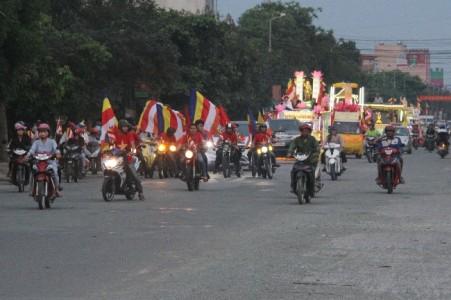Hà Tĩnh: Diễu hành xe hoa bế mạc Tuần lễ Phật đản PL 2560 - DL 2016