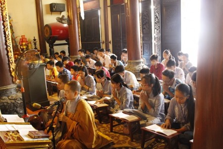 """Hai trăm học sinh tham dự khoá tu """"Theo dấu chân Phật"""" tại chùa Tăng Phúc"""