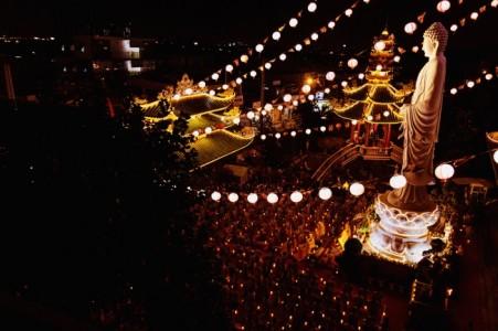 Thiêng liêng đêm hoa đăng vía Phật A Mi Đà tại chùa Vạn Đức