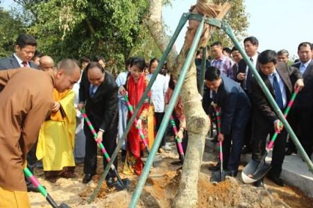 Phó Thủ tướng Nguyễn Xuân Phúc thăm, trồng cây lưu niệm tại chùa Hòa Phúc