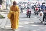 Giả danh nhà sư đi khất thực trên phố: Có thể bị phạt tù đến chung thân