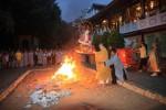 Dư luận bức xúc trước việc châm lửa đốt hình tượng Đức Phật