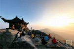 Du khách châu Âu thích thú vãn cảnh Yên Tử