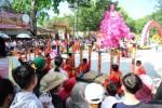 Hàng trăm ngàn người đến chùa lễ Phật nhận sách và lời chúc phúc đầu xuân