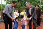Đại sứ Hoa Kỳ đưa hai con đến chùa tìm hiểu về lễ Vu Lan