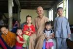 Chuyện cảm động về sư thầy 80 tuổi nuôi gần 60 người tâm thần và trẻ mồ côi