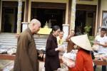 Phật tử chùa Bằng (Hà Nội) chia sẻ khó khăn với người dân Quảng Trị