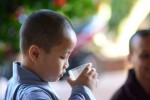 Cậu bé Thiên Phúc thích sống ở chùa