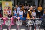 Đà Nẵng: Nhóm thiện nguyện Lam Yêu Thương tặng xe đạp cho học sinh nghèo hiếu học