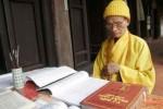 Vị tăng già dưới bóng chùa Viên Minh