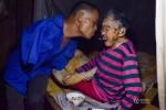 Xúc động hình ảnh người đàn ông không tay chăm sóc mẹ già